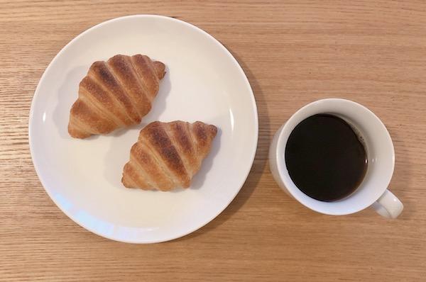 朝には美味しいクロワッサンとコーヒーを